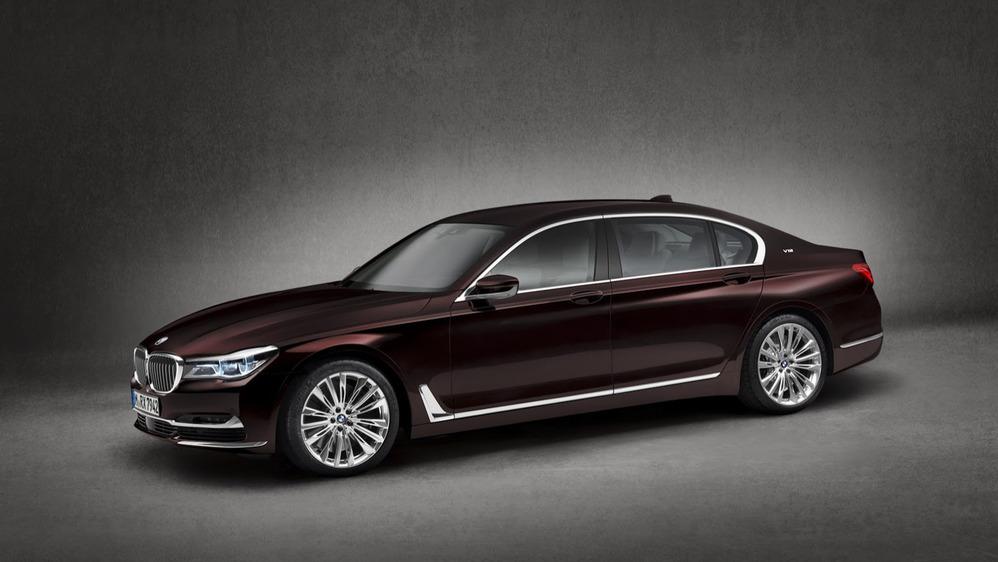 BMW назвала цену на седан M760 Li